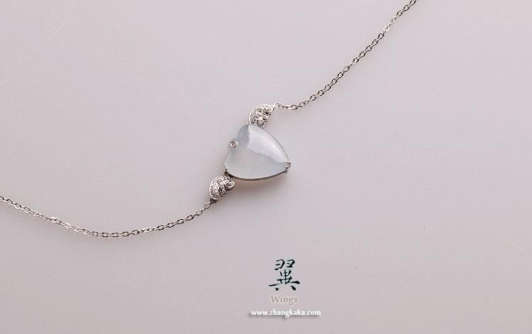 纯净白翡翠心形蛋面,细腻,冰透,雪白,白到略紫。很漂亮。起荧光。略有小冰晶结构,没有纹裂。比较完美。 镶嵌18k白金钻石,素雅,彻底的纯净,好像公主一般,适合年轻清新气质的女子。 翡翠尺寸:19*17*4.5(mm) 翡翠重量:2.47g 链子最长:42cm 链子最短38cm。适合基本上所有人。 价格:4180元。vip 98折,白金vip 95折。 下午2:00开始接受预订,blog回复为准。 桑桑茱预订