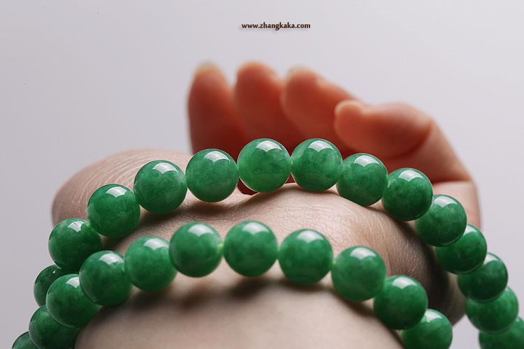 满色的阳绿,绿色很明快,不暗不脏,只比辣色的正阳绿淡一点点。比苹果绿要浓郁。 个头大,饱满。佩戴效果富贵大气。 很镇得住场。非常适合有一定年龄的富态一点的女子佩戴。 珠子基本都完美。有四五个有小内纹。佩戴看不到。 略有小结构和轻棉。 价格:42800元。vip 98折,白金vip 95折。 市场价格在8万左右。 珠子尺寸:最大的珠子10.