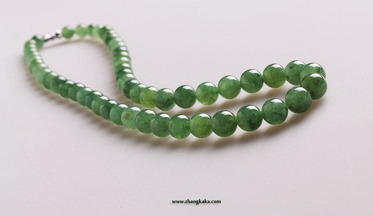 珠子大气,种水好,淡油青绿,比晴水颜色略暗些,通透,莹润。佩戴起来尤其在自然光下非常漂亮。 略有小结构和小碎筋。有一些珠子有小内纹,透光看得到。佩戴基本看不到。 最大的珠子直径:11.60mm。最小的珠子直径:8.2mm。 重量:98g 价格:3900元,vip 98折,白金vip 95折。 (下午2:00开始接受预订,blog回复为准。) 750) {this.